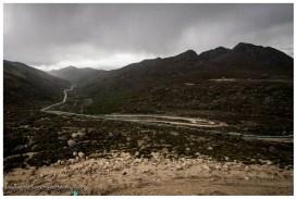 Hier packt die Regenzeit bereits mittags zu. Wir müssen im Regen den Berg rauf, das macht es nicht besser. Vor allem ist dieser Regen kalt.