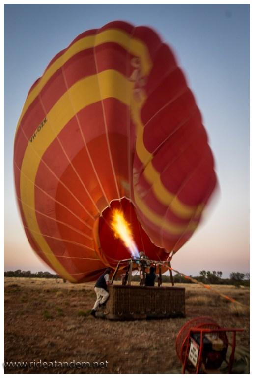 Beim Aufpusten macht der Wind, eine leichte Brise, noch zu schaffen und es entsteht so etwas wir Hektik, wenn das Ballonfahrer kennen.