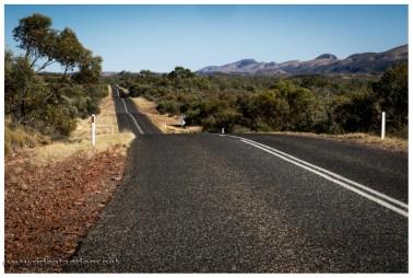 Auch das Profil bietet Abwechslung gegenüber dem Stuart Highway. Und Berge im Hintergrund ;-)