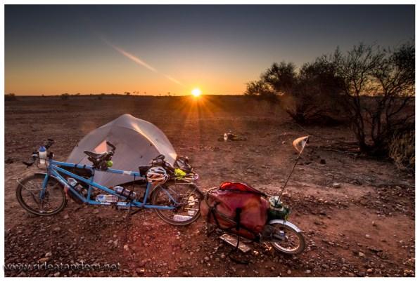 Sonnenuntergänge sind Standard im Outback