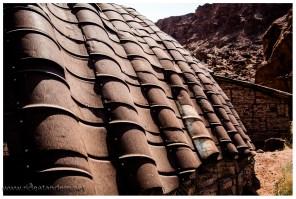 Das Dach der Verwaltung im NP besteht aus alten Fässern. So einfach und gut gemacht.
