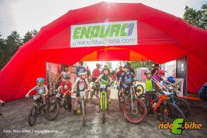 Der Nachwuchs der Enduro-Szene vor dem Startbogen zum Kids-Race am Samstag