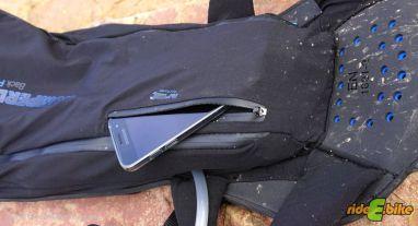 Ein Smartphone im Aussenfach wäre ungeschützter aber schneller erreichbar.