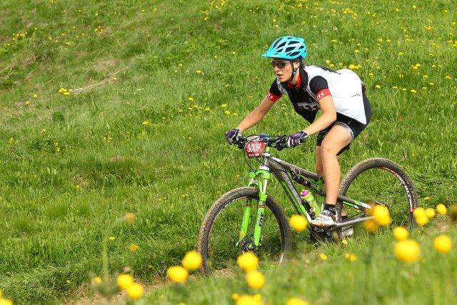 idratazione e donne in bicicletta come Giulia Morandin durante una gara