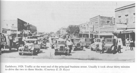 Earlsboro, 1928. Traffic at the west end of the principal business street. Usually it took about thirty minutes to drive the two to three blocks. (Courtesty E. D. Keys)