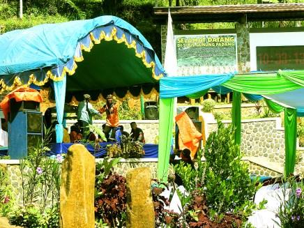 Panggung untuk Pagelaran Seni Budaya di Halaman Situs Gunung Padang Desa Karyamukti, Kecamatan Campaka Cianjur, Jawa Barat