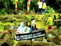 Berfoto Diri dengan Selfie Stick di Situs Gunung Padang Desa Karyamukti, Kecamatan Campaka Cianjur, Jawa Barat