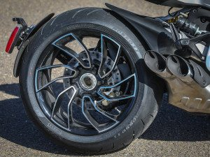 Both the XDiavel and XDiavel S have cast alloy wheels shod with Pirelli Diablo Rosso II tires. Wheels on the S are machine finished.