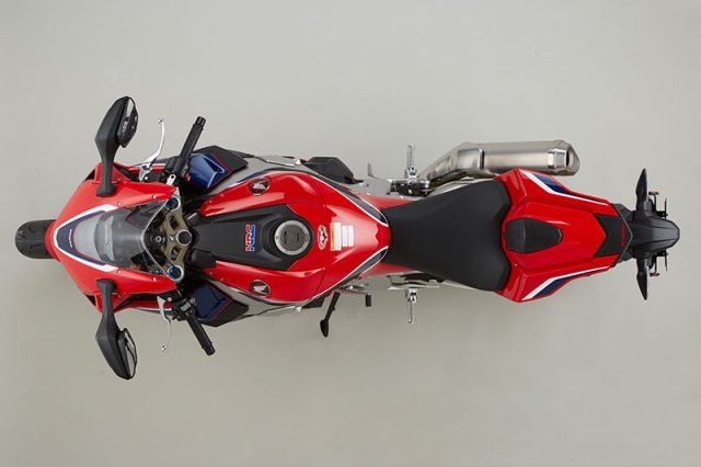 Not only has weight been reduced and mass been centralized, but new bodywork makes the CBR1000RR SP slimmer as well.