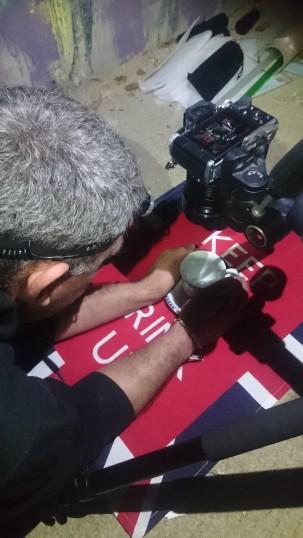 Escenario 1: Tapete con taza y manos