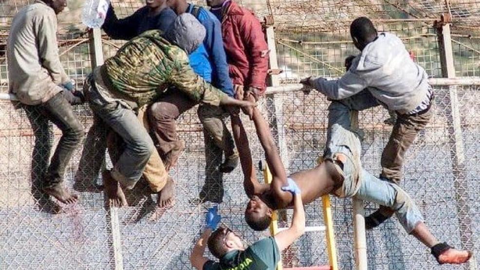 سبعة مهاجرين سريين يدخلون مليلية وإصابة عنصر من الحرس المدني