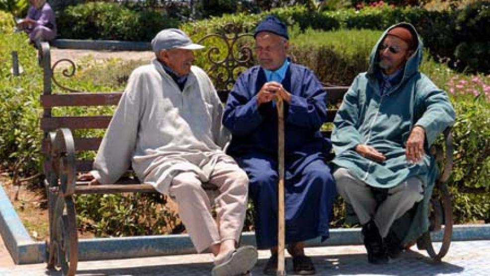 الحكومة تهيئ المغاربة لرفع سن التقاعد وإعادة النظر في الرواتب