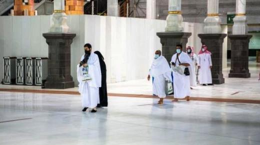 بعد سبعة أشهر من التوقف.. المسجد الحرام يستقبل أول فوج من المعتمرين (فيديو)