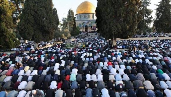 آلاف الفلسطينيين يؤدون صلاة العيد في المسجد الأقصى