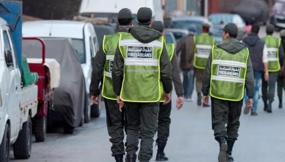 رشقوا القوات العمومية بالحجارة.. الأمن يشن حملة توقيفات واسعة في صفوف مراهقين وتهم ثقيلة تنتظرهم