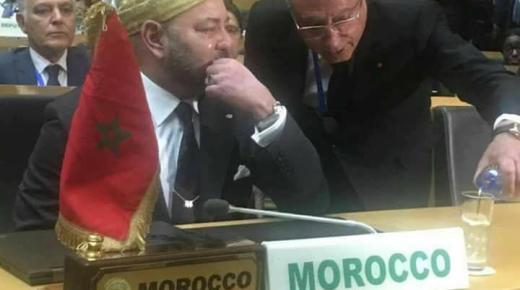 بالصورة.. العاهل المغربي يذرف الدموع بعد خطابه أمام الاتحاد الإفريقي
