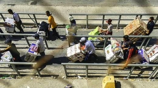 بعد احتجاجات الفنيدق.. السلطات تشرف على إبرام 700 عقد عمل لإدماج المتضررات من إغلاق معبر باب سبتة