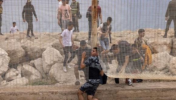 عودة طوعية لـ135 مهاجرا مغربيا هربا من الأزمة ومطاردات الشرطة