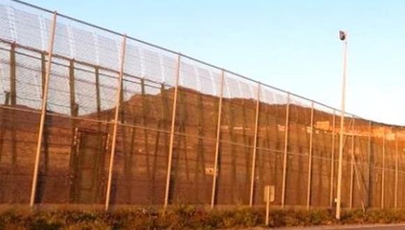 المغرب يشيد سياجاً مجهزاً برقاقات إلكترونية على طول الحدود مع الجزائر