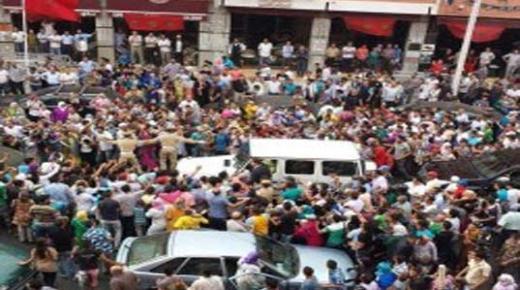 فيديو: الملك محمد السادس محاصر داخل سيارته ببني ملال