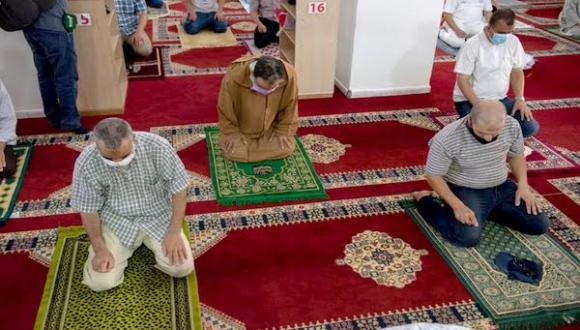 فتح المساجد والمقاهي والمطاعم لمدة أطول.. برفيسور يوضح