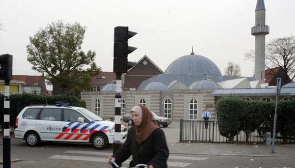 """هولندا تلحق بفرنسا.. الكشف عن """"بحث سري"""" أجرته بلديات عن مساجد وجمعيات إسلامية"""