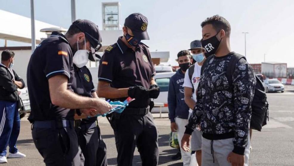 بعد فضيحة التعنيف.. إسبانيا تسمح بنقل ألف مهاجرا سريا من جزر الكناري