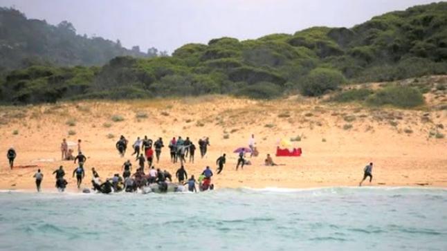 """ظنوا أنهم وصلوا إلى إسبانيا.. مهاجرون يتعرضون لـ""""مقلب احتيالي"""" بشاطئ العرائش"""