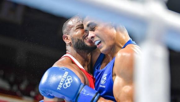 """الملاكم المغربي باعلا يتصدر المشهد الأولمبي بواقعة """"عضته"""" لمنافسه نيكيا"""