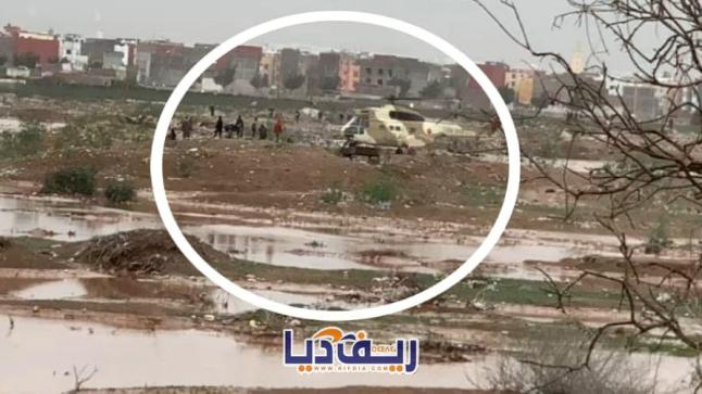 """شاهد """"مروحية الجيش"""" تتدخل لإنقاذ مواطنين حاصرتهم فيضانات (فيديو وصور)"""
