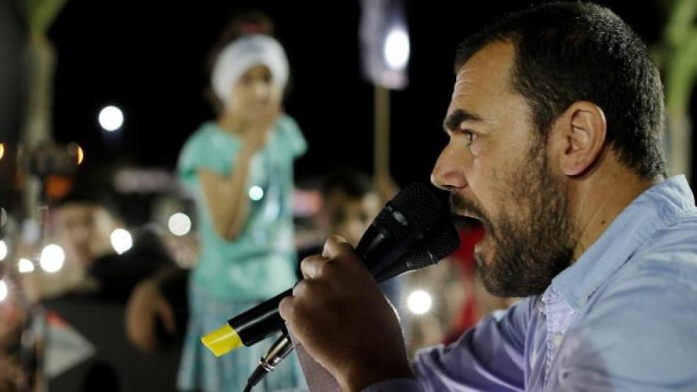 """ناصر الزفزافي يُغَالب دموعه في حضن والديه ويقول """"راهم تكرفسو عليا"""""""