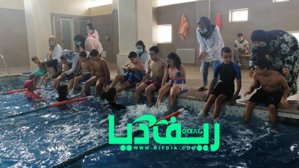 جمعية أيمن للتوحد تنظم دروس لتلقين السباحة لأطفالها بإحدى المسابح الخاصة(+صور)