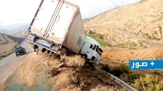 حادثة سير خطيرة بالطريق الساحلي بين أركمان ورأس الماء اثر انقلاب شاحنة (+صور)