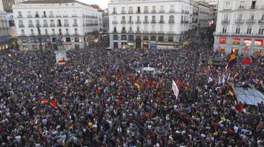 عشرات الآلاف في أكثر من خمسين مدينة اسبانية يطالبون بالاستفتاء للاختيار بين الملكية والجمهورية