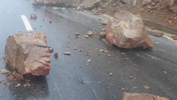 """خطير.. تساقط صخور على طريق """"تافوغالت"""" الجديدة يهدد سلامة مستعمليها (+صـور)"""
