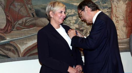 توشيح المغربية نزهة حيات من طرف العاهل الإسباني فيليبي السادس