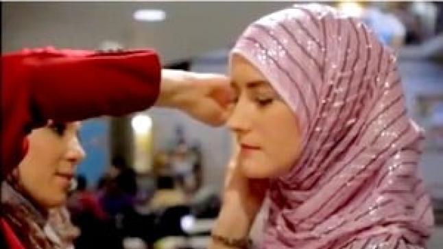 شاهد ردة فعل غير مسلمات يجربن ارتداء الحجاب