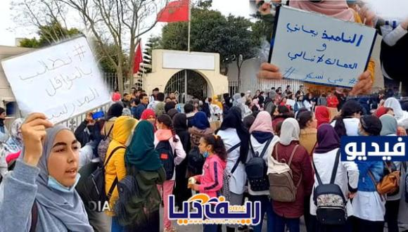 تلاميذ بني شيكر وفرخانة يتظاهرون أمام الجماعة احتجاجا ضد حرمانهم من النقل المدرسي (+فيديو)