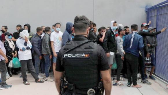 عشرات المهاجرين المغاربة يحتجون بسبتة للمطالبة بتحسين أوضاعهم ووقف الترحيل القسري
