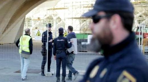 السلطات الاسبانية ترحل مهاجر مغربي دعا الى قتل المواطنين الاسبان