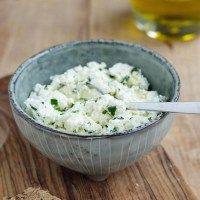 Hjemmelavet friskost med krydderurter og olivenolie