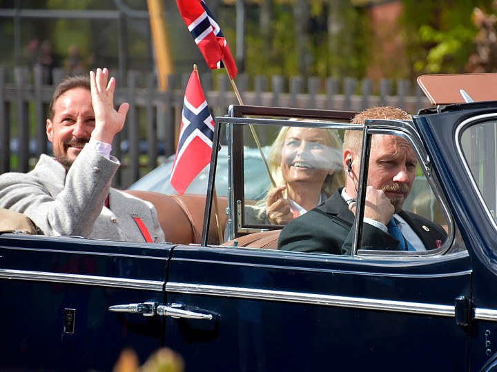 The Crown Prince couple (Crown Prince Haakon and Crown Princess Mette-Marit) beckons to people on balconies and windows during the drive in Asker, 17 May 2020. Photo: Liv Anette Luane, The Royal Court