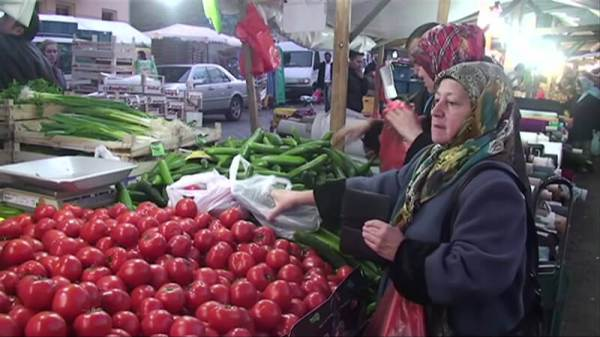 An open-air market in the heavily-Turkish Kreuzberg district of Berlin. (Image source: The Berlin Project video screenshot)