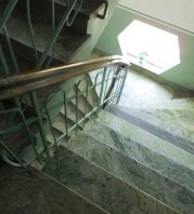 Från tredje våningen på väg ned.