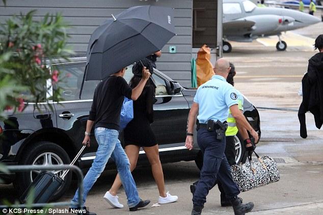 246ADC5700000578-2896692-Hiding_under_her_Umbrella_ella_eh_Rihanna_wore_her_long_brunette-a-8_1420420112350