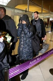 Rihanna arrive (presque ) incognito à l'aéroport CDG près de Paris
