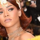 Rihanna is the first woman to hit 2 billion streams on Apple Music