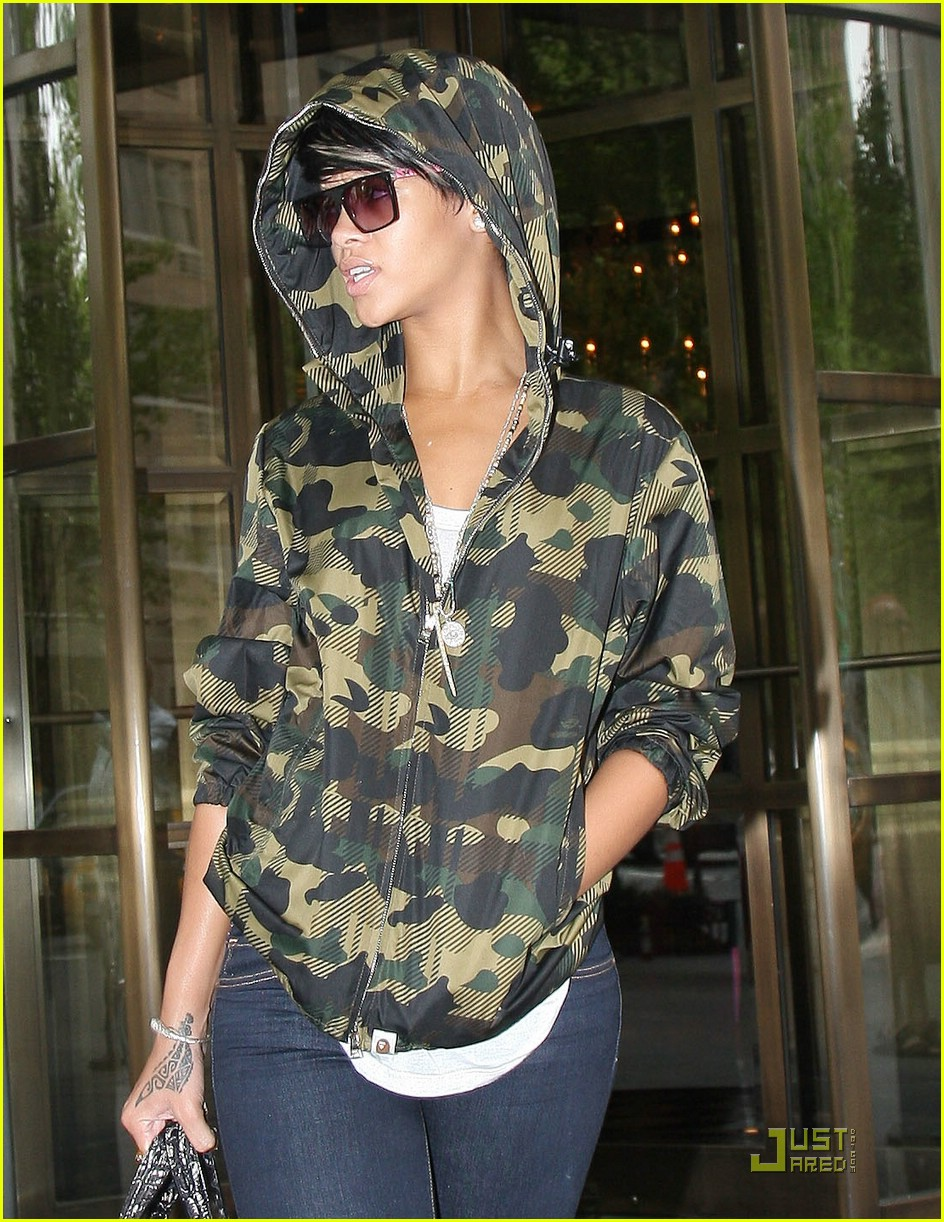 rihanna-camouflage-hoodie-06