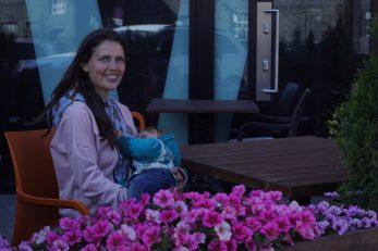mugav kleit last ootavale ja imetavale emale, millega on kohvikus diskreetne imetada