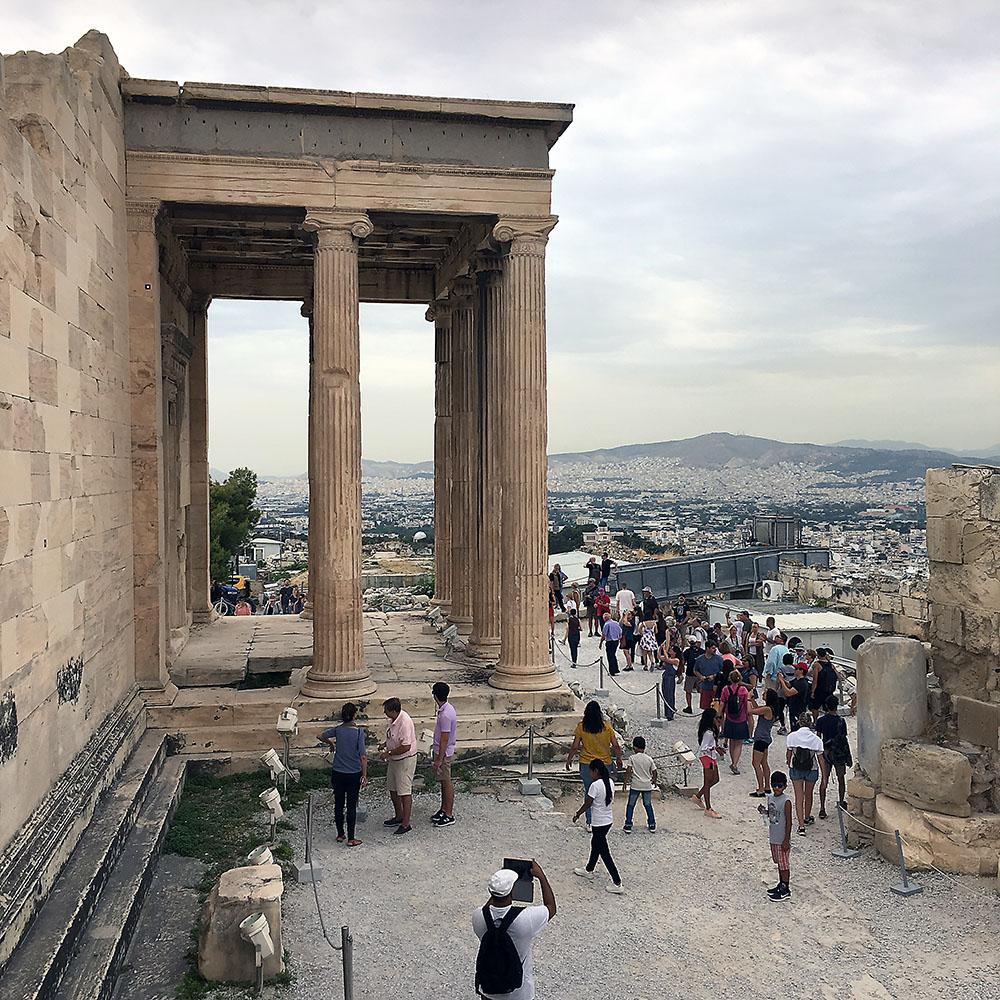 Akropolis-kukkulalla.